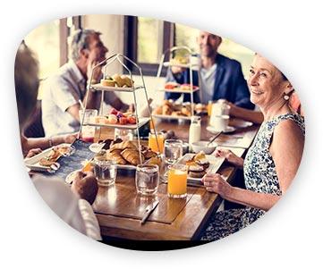 Ľudia v penzione za stolom s postmix